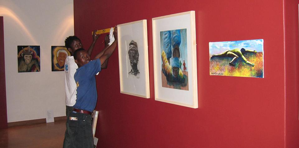 "Foto: Aufbau der Aussstellung ""Growing Creativity"" im MuseumAfrica, Johannesburg"