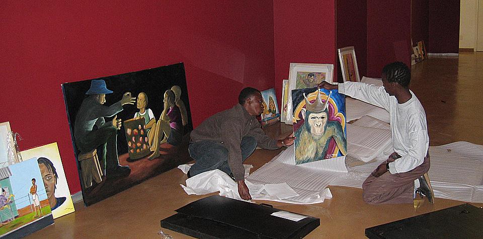 "Foto: Aufbau der Ausstellung ""Growing Creativity"" im MuseumAfrica, Johannesburg"